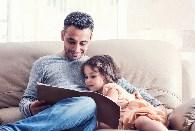 Un homme heureusement travaillant avec un enfant dans l'une des carrières disponibles avec Children Support Solutions