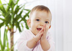 Bébé en rose souriant et applaudissant après une référence de leur médecin