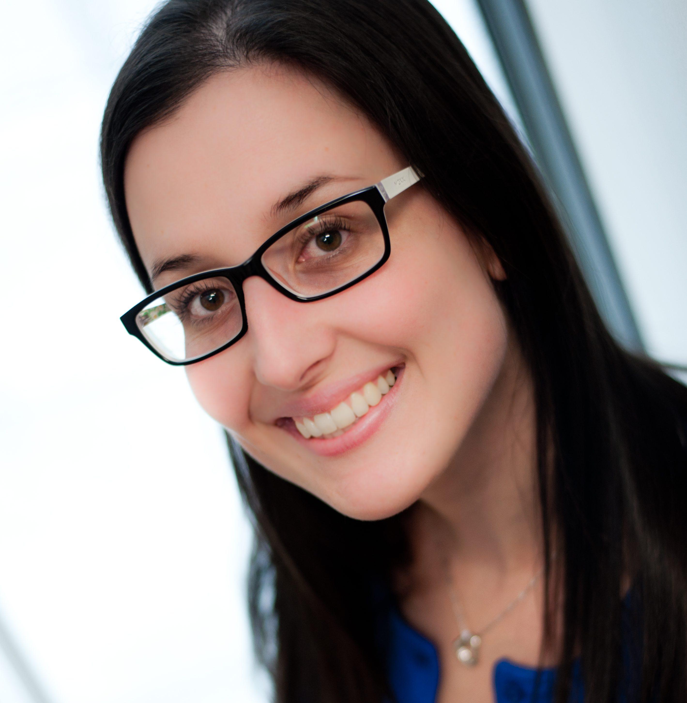 Marie Kearney, orthophoniste et membre de l'équipe de direction clinique de Parcours d'enfant, sourit à la caméra.