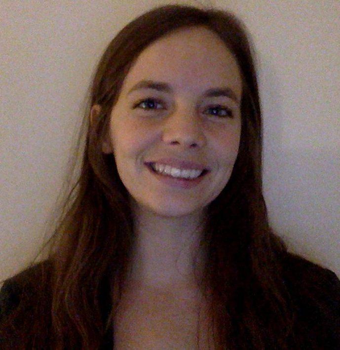Amélie Masse, psychoéducatrice et membre de l'équipe de direction clinique de Parcours d'enfant, sourit à la caméra.