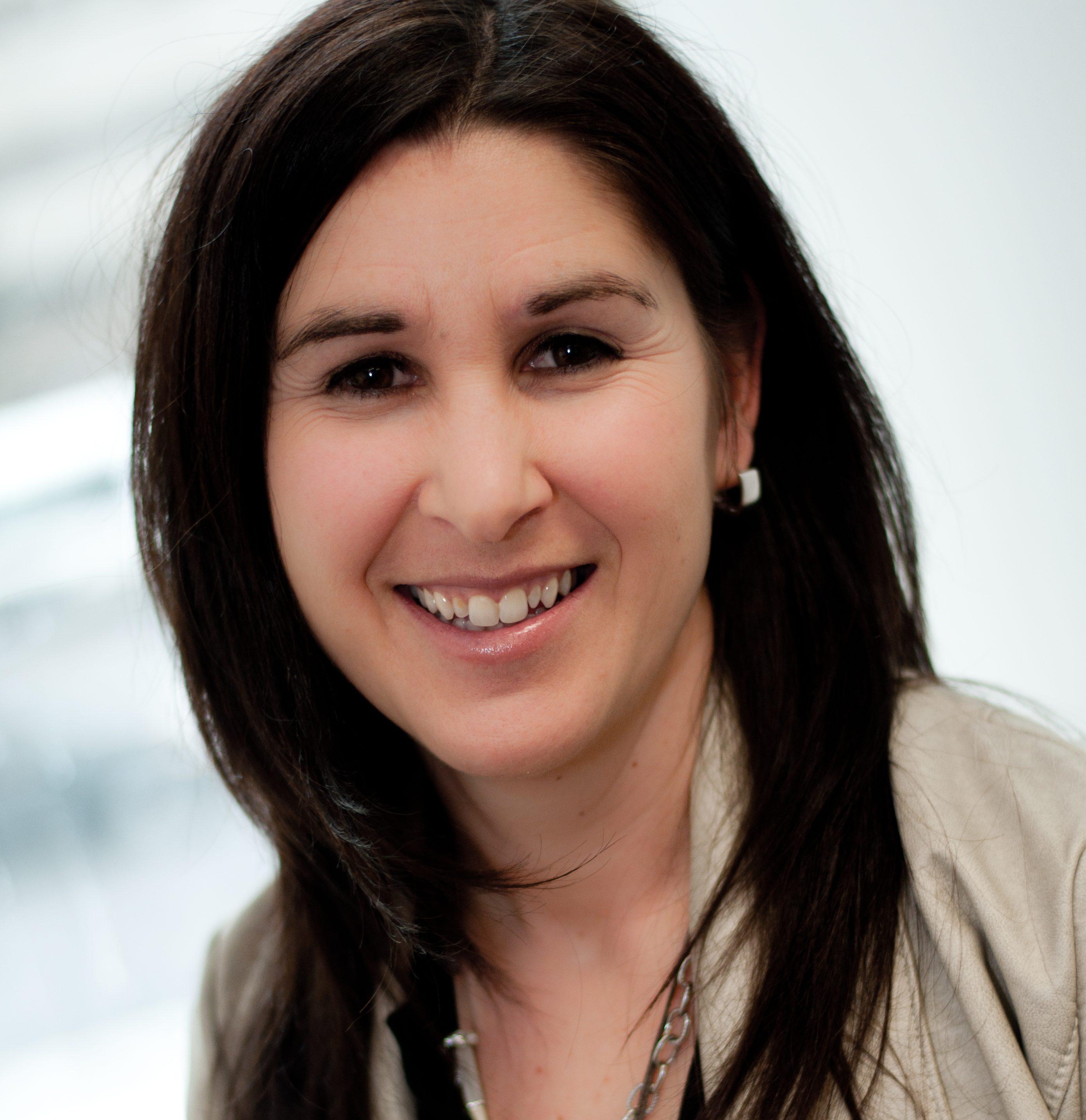 Amélie Masse, psychologie et membre de l'équipe de direction clinique de Parcours d'enfant, sourit à la caméra.