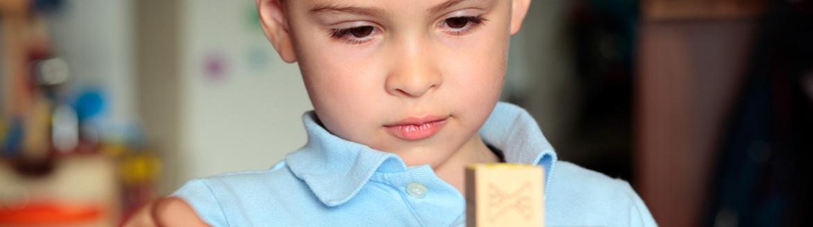 Un enfant qui participe à une séance de thérapie comportementale.